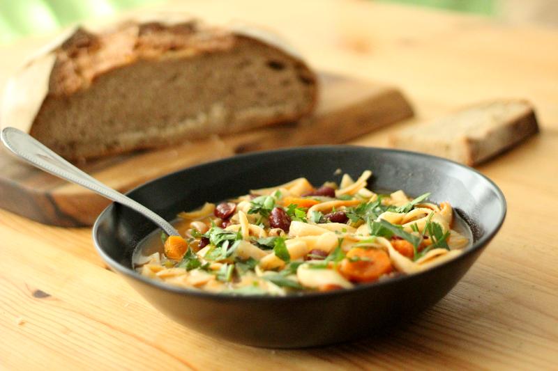 Minestrone de haricots, carottes et tagliatelles